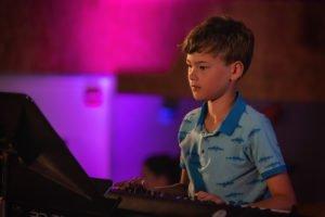 Onze pianoleerling Max tijdens het leerlingenconcert
